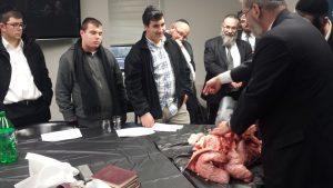 rabbi-mayer-kurcfeld-shows-lungs-to-mesivta-neimus-hatorah-students